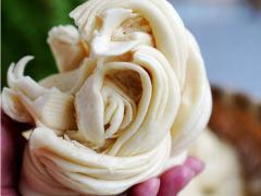 发面时光加酵母是不够的,多加一勺料,做好的花卷更松软更洁白!
