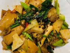 蒜苗豆干回锅肉,香而不腻,太下饭了